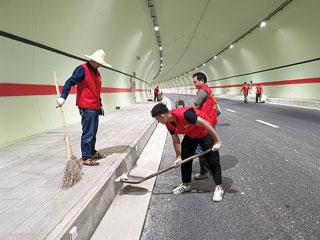 火车站沿线环境整治行动开展