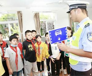 """县交警大队""""每周一课"""" 升级学生交通安全意识"""