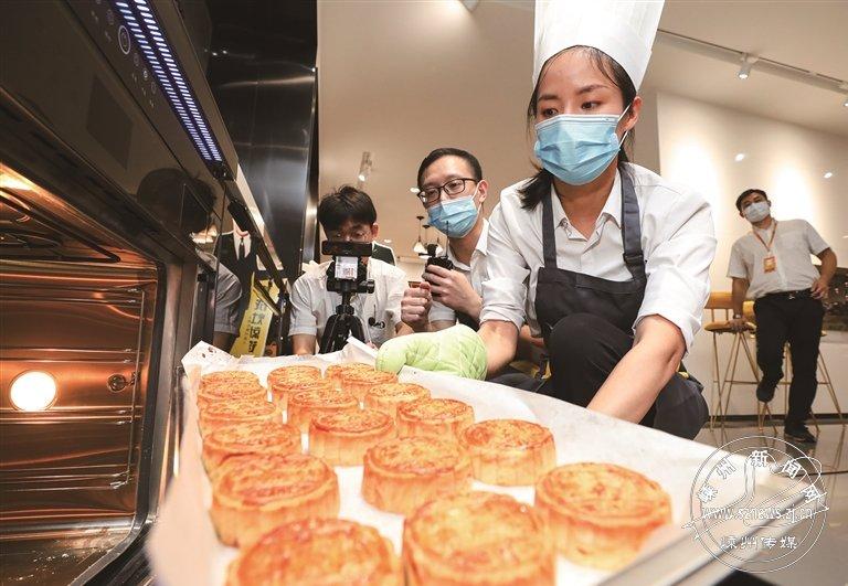 同做中秋月饼 共迎国庆佳节