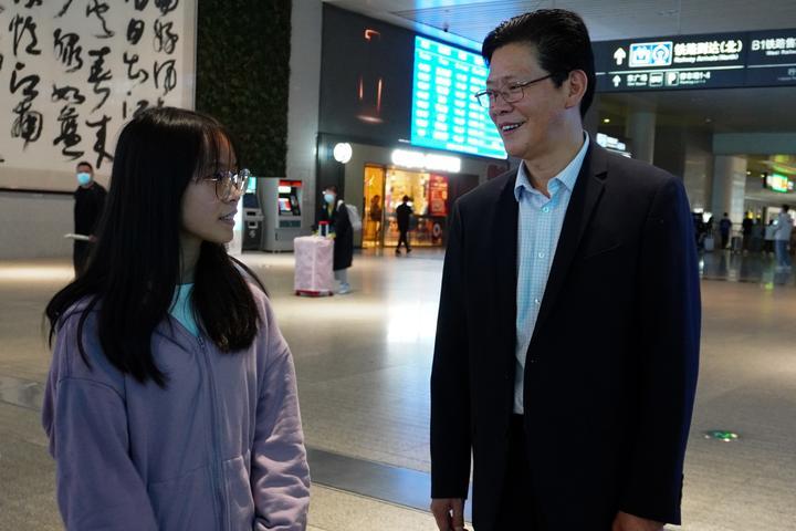 台江民族中学寒门学子考上杭州高校 校长陈立群来接站