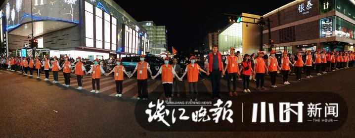 """杭州""""最美人墻""""刷屏!一起給假期忙碌的八萬志愿者點贊"""