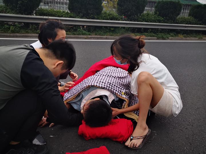 高速上当车祸发生在眼前 路桥一美女医生这样做