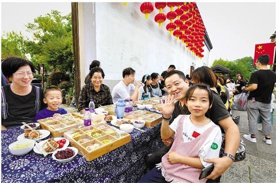 南浔古镇设百米长街宴 和抗疫医务人员一起过中秋
