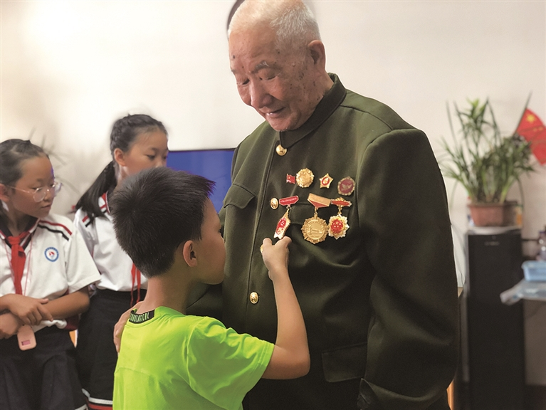 市退役军人事务局组织小学生看望抗美援朝老兵