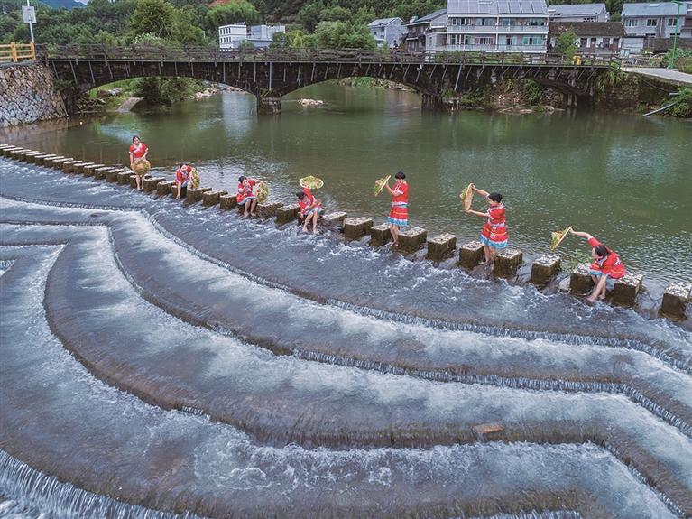 黄金溪拦水坝成为吸引人们游玩嬉水的网红景点