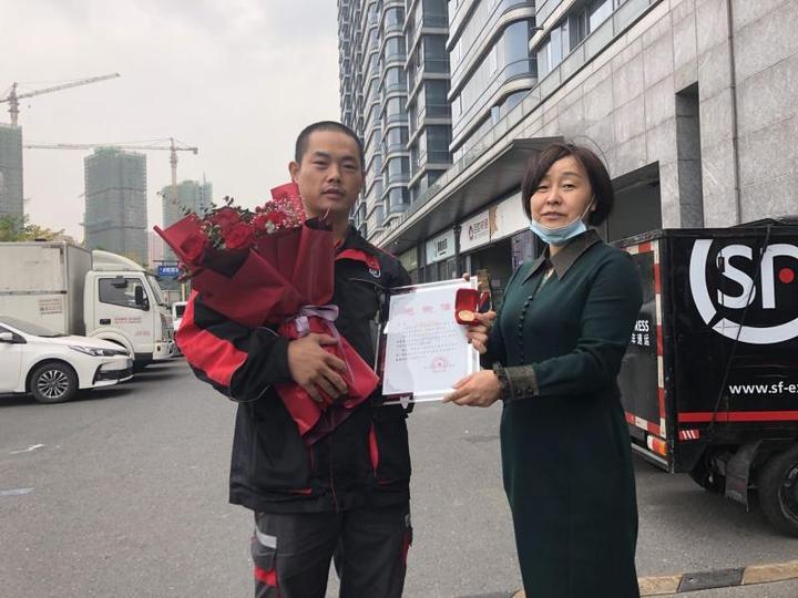 """""""我很喜欢杭州""""15年无偿献血103次 这位快递小哥真暖"""