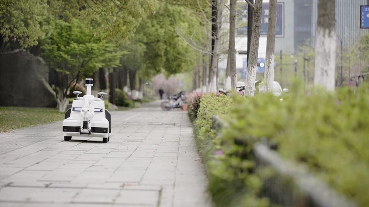 杭州钱江新城来了垃圾分类机器人 自主巡逻还会分类