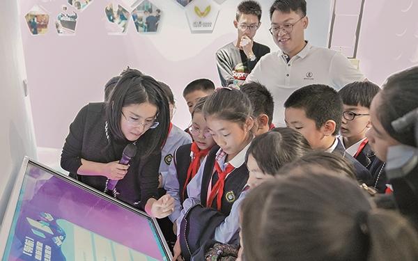 东塍鹿鸣宣讲团的小成员来到该镇青少年服务中心参观学习