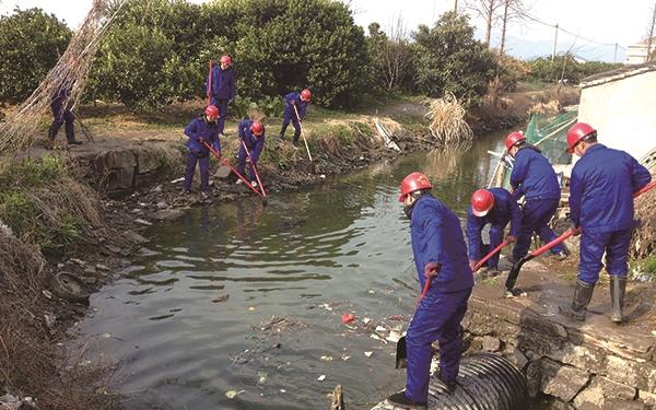 涌泉镇组织志愿者开展村级河道垃圾清理活动