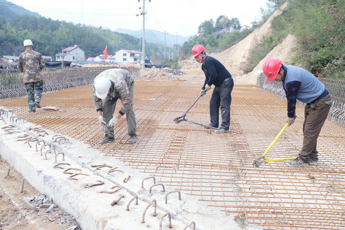 工人在建设樟树下村1号桥