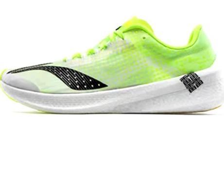 国产跑鞋加速高端化 千元定价引争议