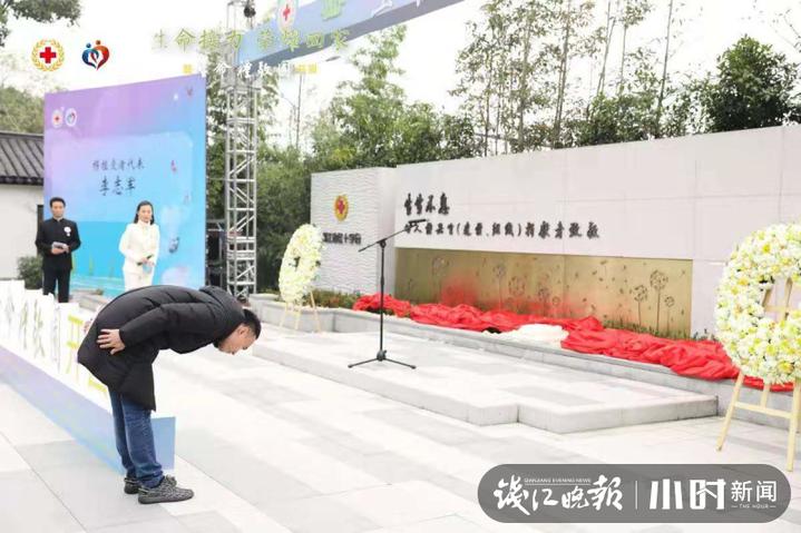 32歲的他在杭州這塊紀念碑前深深鞠躬 背后故事令人淚目