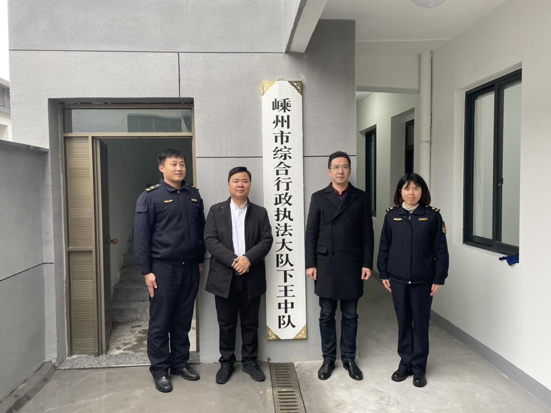 12月18日,下王镇党委副书记、镇长郑风雷为行政执法大队下王中队揭牌