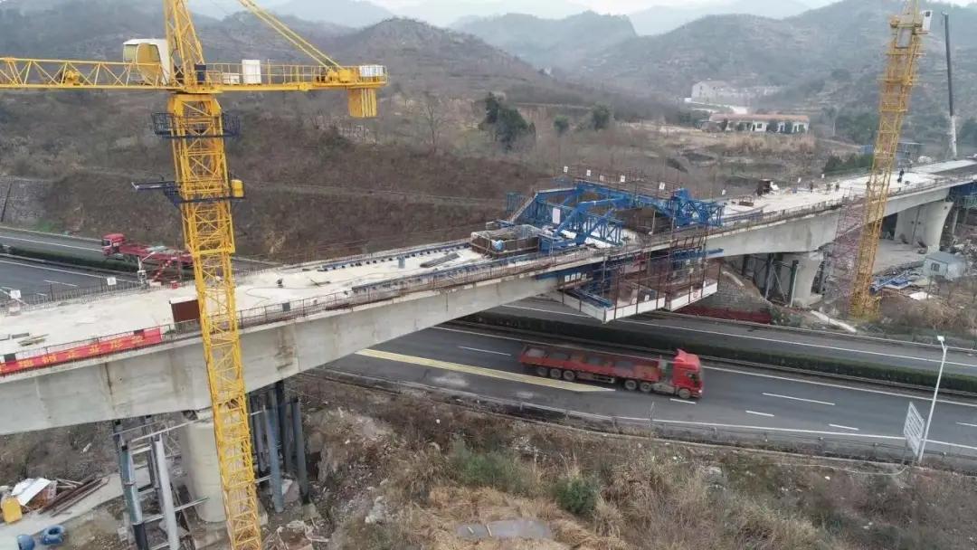 金甬铁路金庭江特大桥跨甬金高速公路连续梁顺利合龙