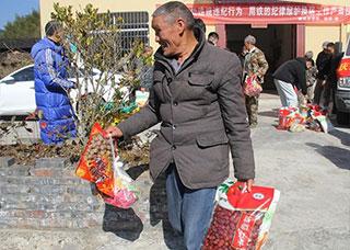 县文广旅体局联合县篮球协会开展爱心慰问活动
