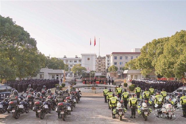 警察节举行升旗仪式