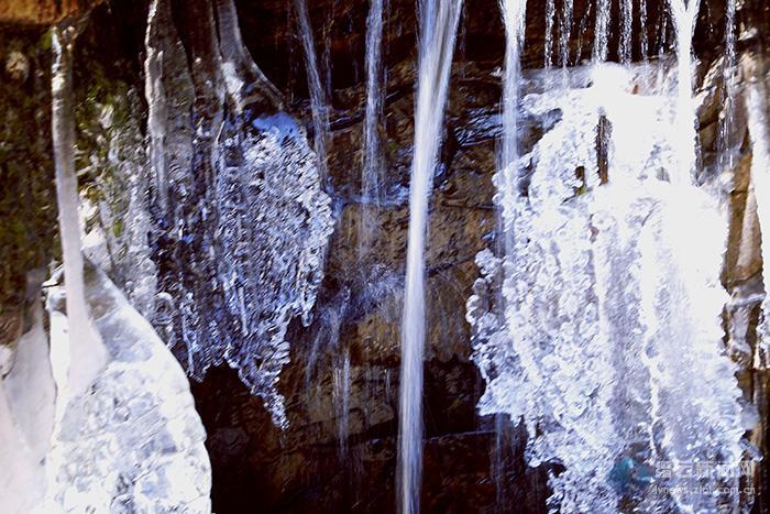 冰似晶帘 山壁挂