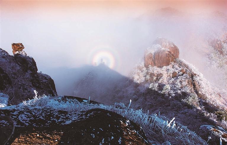 披云山日出时分神奇的日晕景象
