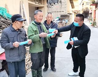 白岭头村党员干部走村入户宣传疫情防控知识