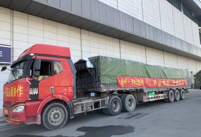 消费扶贫!又一辆满载土特产的大货车开进我市……