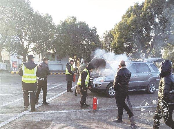 一小车冒着浓烟驶进服务区 工作人员神速处置排除险情