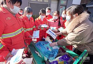 红花环境科技庆元分公司给环卫工人发放防疫物品