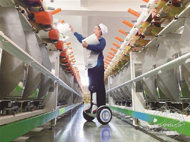 平衡车上的纺织女工
