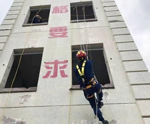 开展实战化训练提高消防员能力