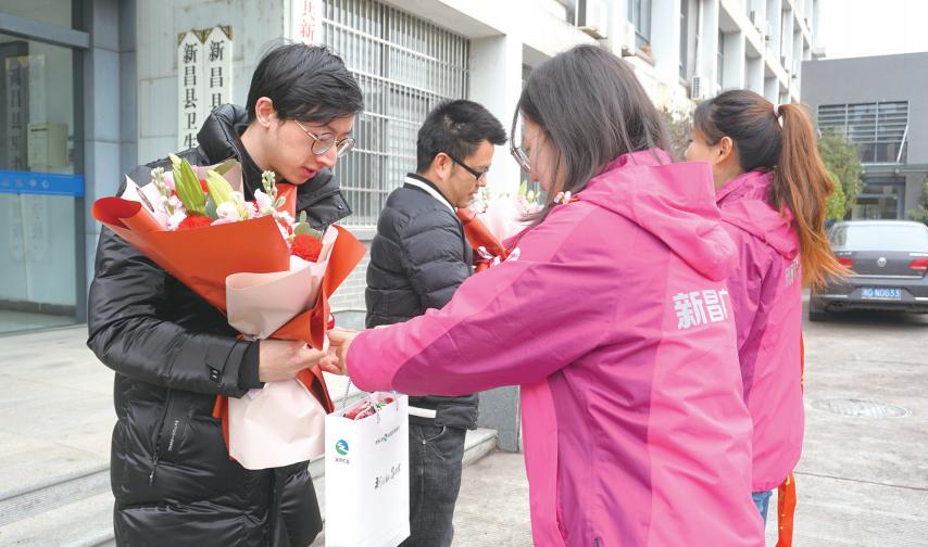 鲜花送给最美志愿者
