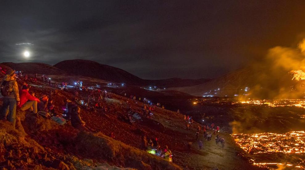 冰岛火山持续喷发 民众近距离观看熔岩奇观