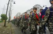 浙江宁波这群小学生徒步18公里祭英烈,网友爆赞