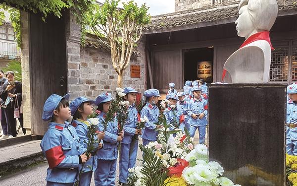 """沿江镇中心幼儿园开展""""庆百年华诞,寻古城印迹""""活动"""