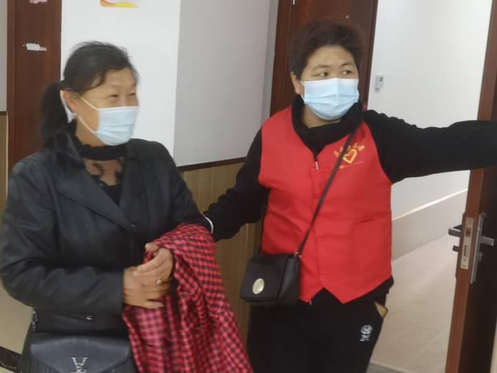 """方舱里耀眼""""红马甲"""" 庆元200余名志愿者奋战疫苗接种一线"""