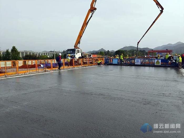 330国道缙云东渡至永康交界段改建工程桥面铺装首件顺利施工完成
