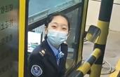 """温柔劝退超高大货车的高速小姐姐""""火""""了 笑容太治愈!"""