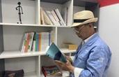 你有多久没好好看书了?垃圾桶旁 70岁的王师傅天天过读书日