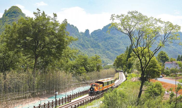 坐上小火车 一路游景区