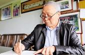 杭州七旬老人5年写百余本学习笔记