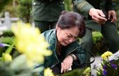 """儿子牺牲后,她成了近2000名消防员的""""妈妈"""""""