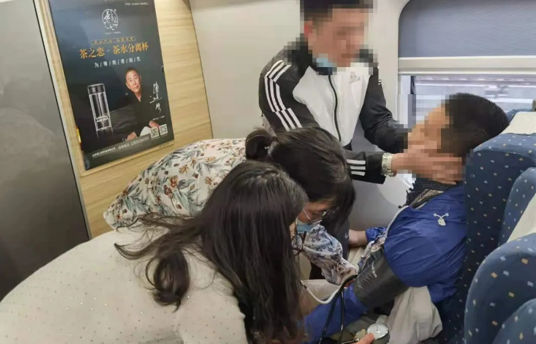 """""""有我们在,没事的!""""列车上病人遇险,幸好遇到了……"""