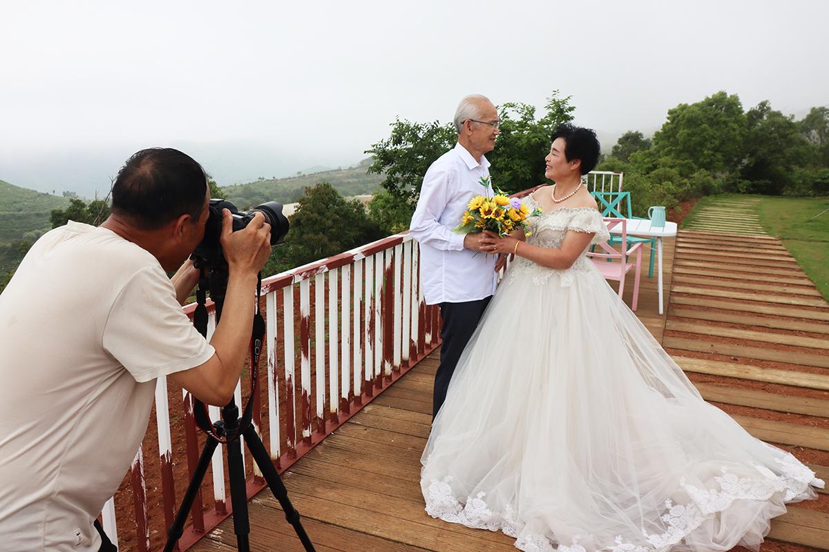 大麦屿:国际家庭日 用快门定格金婚美好