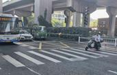 杭州斑马线前新添了网格线 交警提醒:千万别在里面停车