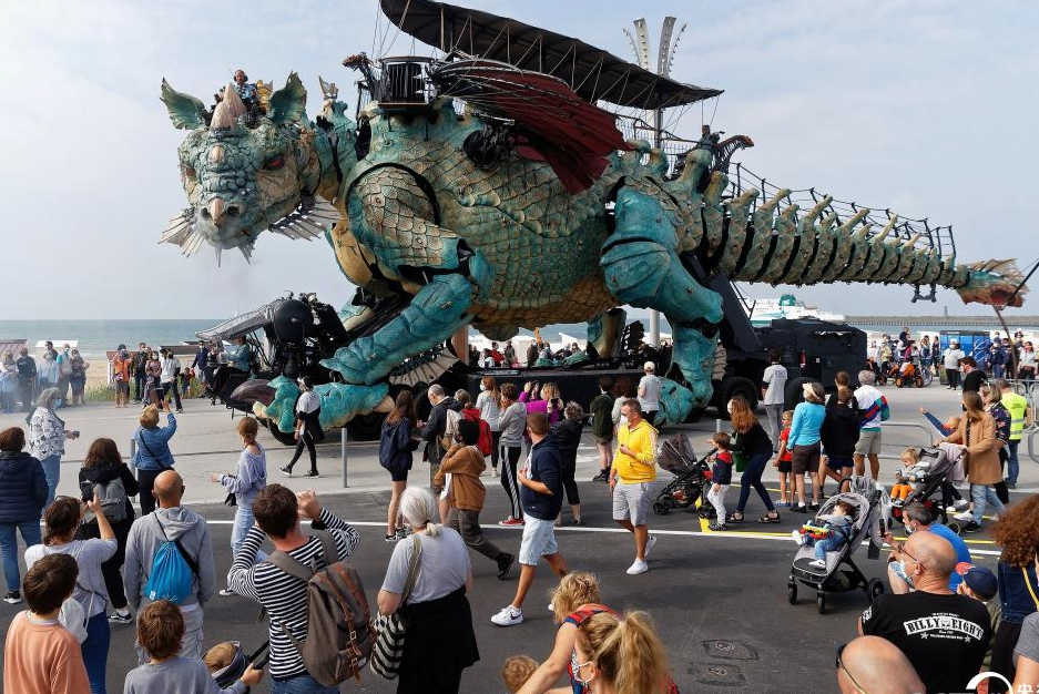 """法国展出巨型机械""""龙"""""""