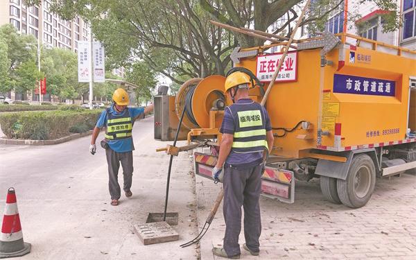 台风到来前市城投集团管道公司对雨污管道进行排摸疏通