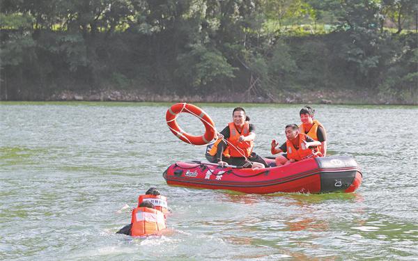 杜桥派出所巡特警中队队员在童燎水库开展救生演练