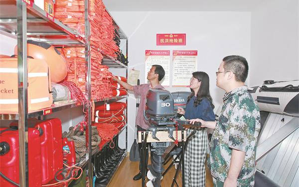 江南街道组织工作人员查看防汛防台措施落实和物资准备情况