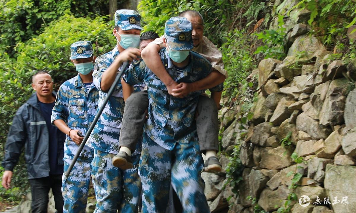 坎门:党员干部、军人团结协作 转移高山三十多位老人