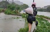 台风天扛了4小时沙袋的单薄身影感动余姚