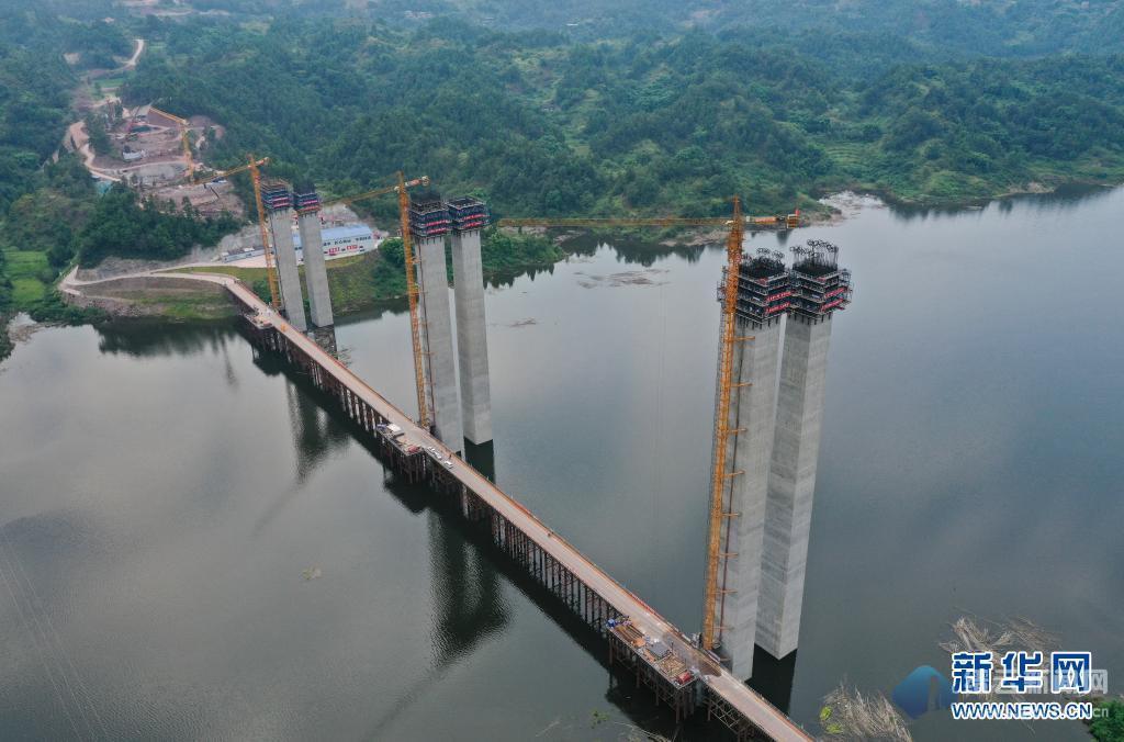 渝湘复线高速五布河特大桥加紧施工