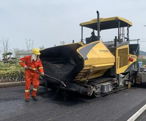国省道养护大中修进入铺设沥青阶段